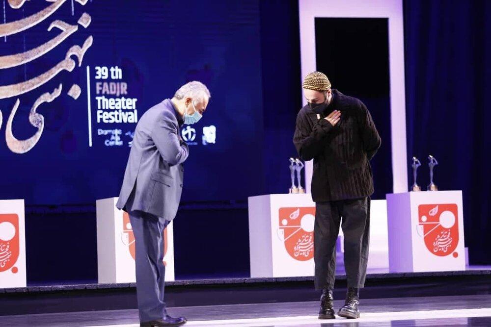 عکس   حضور نوید محمدزاده روی صحنه پایانی تئاتر فجر