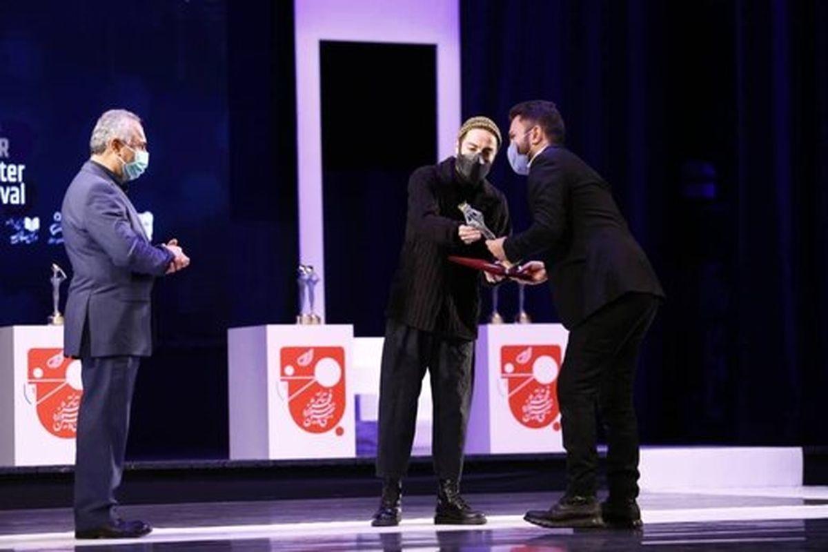 حضور نوید محمدزاده روی صحنه پایانی تئاتر فجر/ عکس