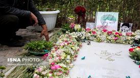 تصاویر ادای احترام مردم به آرامگاه شجریان و اخوان ثالث در نخستین روز سال