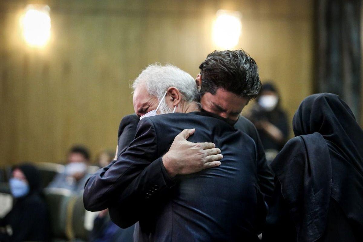 تصاویری غمناک از مراسم چهلم آزاده نامداری/ اشکها خانواده و دوستانش به یاد وی