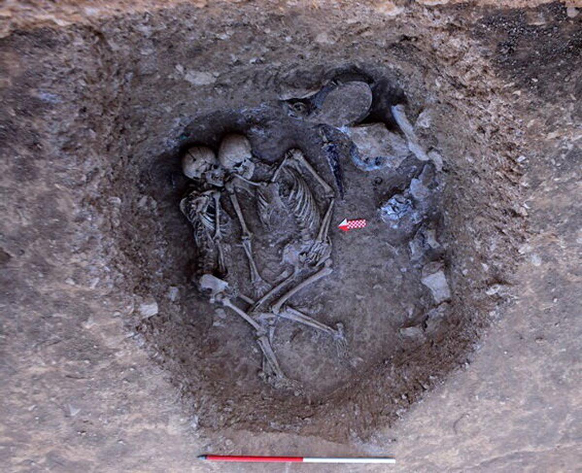کشفی تازه در گورستان تاریخی گیلان + تصویری از عشاق مدفون در حال بوسه پیش از مرگ