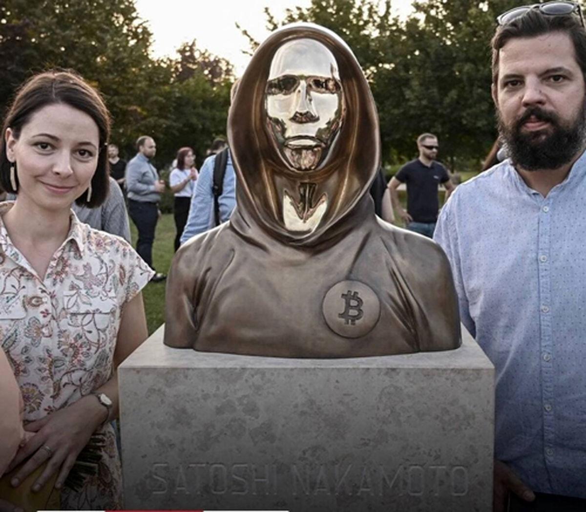 رونمایی از مجسمه خالق بیتکوین در مجارستان